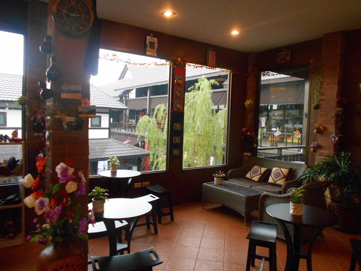 タイでアカ族の萌えキャラ喫茶発見。かわいい