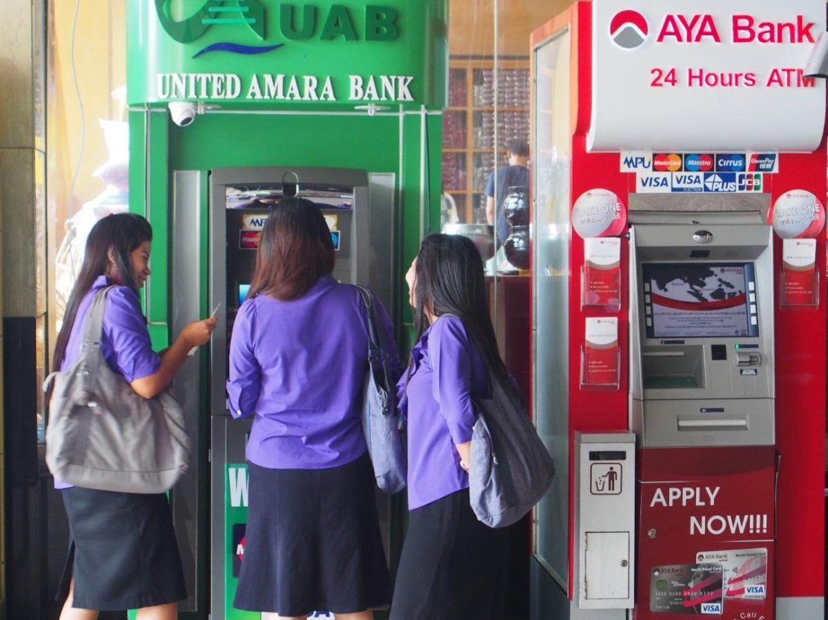 ミャンマー】銀行のATM機に引き...
